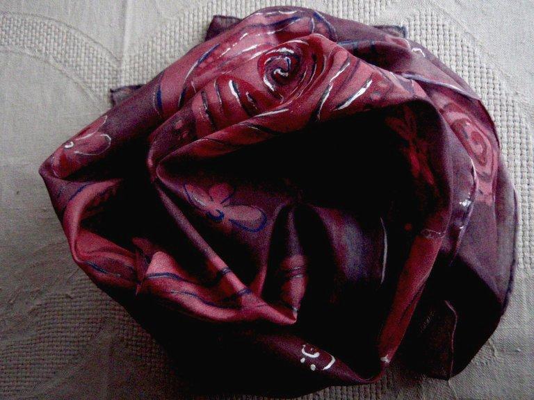 Popis · Související zboží · Komentáře (0) · Ke stažení. Ručně malovaná  tmavě fialovo červená hedvábná šála ... fc2d1c0d4a